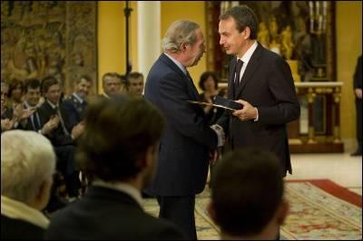 José Luis Rodríguez Zapatero entrega a Francisco Laína, director de Seguridad del Estado en 1981, su Medalla de la Orden del Mérito Constitucional