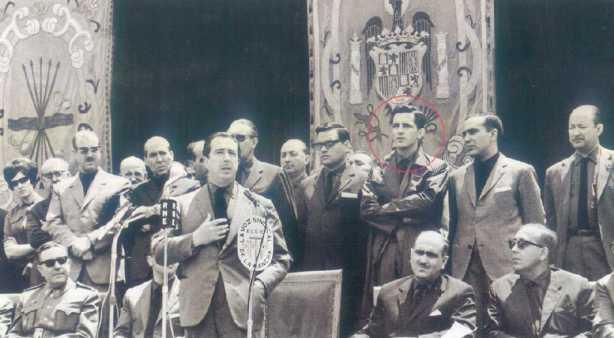 Herrero Tejedor en un discurso con Suárez detrás